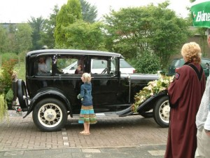 Trouwambtenaren ontvangen het bruidspaar